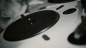 Persoon die vinylverslag op uitstekende speler, retro stijlpartij, close-up veranderen stock videobeelden