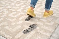 Persoon die in vuile schoenen modderige voetafdrukken verlaten stock fotografie