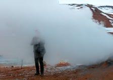 Persoon die zich in mist op een heuvel bevinden stock fotografie