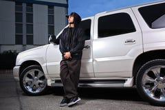 Persoon die zich naast een SUV bevindt royalty-vrije stock foto