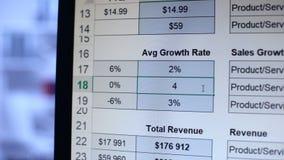 Persoon het schrijven aantallen aan gemiddelde groeipercentagelijst, berekening, boekhouding stock video