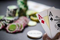 Persoon het spelen pook en het bekijken kaarten stock fotografie