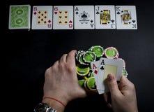 Persoon het spelen pook en het bekijken kaarten royalty-vrije stock fotografie