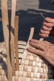 Persoon in mandenmakerij Stock Afbeelding