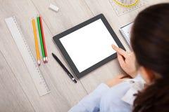 Persoon met digitale tablet en studententoebehoren Royalty-vrije Stock Foto's