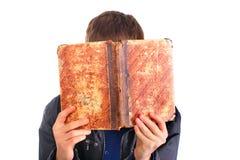 Persoon met oud boek Stock Fotografie