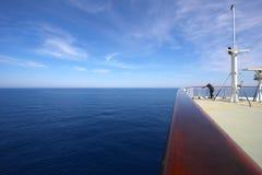 Persoon op boeg van cruiseschip Royalty-vrije Stock Foto