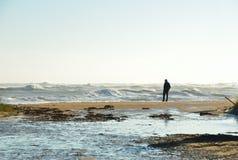 Persoon op het strand tijdens een onweer Royalty-vrije Stock Afbeelding
