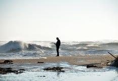 Persoon op het strand tijdens een onweer Royalty-vrije Stock Fotografie