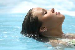 Persoon van het mooie meisje in blauw water Stock Foto