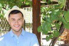 Persoon van het Smiley de jonge land bij zijn wijngaarden royalty-vrije stock afbeelding