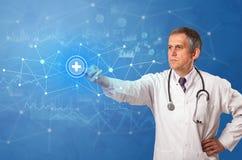 Persoon wat betreft virtueel het ziekenhuisconcept royalty-vrije stock afbeeldingen