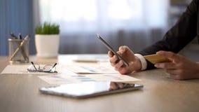 Persoonlijk accountant het typen creditcardaantal op gadget, VIP de klantendienst royalty-vrije stock afbeelding