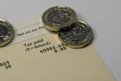 Persoonlijk inkomensverklaring die inkomen en belastingscijfers voor Britse belastingaangifte tonen Royalty-vrije Stock Afbeeldingen