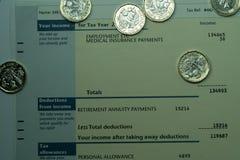 Persoonlijk inkomensverklaring die inkomen en belastingscijfers voor Britse belastingaangifte tonen Stock Foto