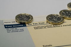 Persoonlijk inkomensverklaring die inkomen en belastingscijfers voor Britse belastingaangifte tonen Royalty-vrije Stock Foto's
