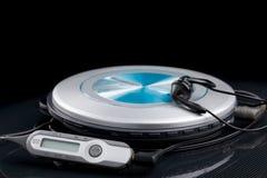 Persoonlijke CD-speler met afstandsbediening en draagbare audiooortelefoons Stock Afbeeldingen