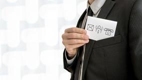 Persoonlijke handelsadviseur die een adreskaartje met comm verwijderen stock afbeelding