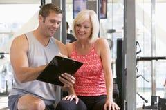Persoonlijke Trainer bij de Gymnastiek Royalty-vrije Stock Afbeeldingen