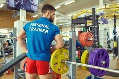 Persoonlijke trainer in de sportclub royalty-vrije stock foto