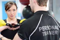 Persoonlijke trainer die met rek helpen Stock Afbeelding