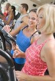 Persoonlijke Trainer die Vrouw op Tredmolen instrueert royalty-vrije stock afbeelding