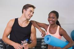 Persoonlijke trainer en cliënt die bij camera glimlachen Stock Foto