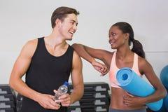 Persoonlijke trainer en cliënt die bij elkaar glimlachen Royalty-vrije Stock Foto