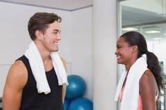 Persoonlijke trainer en cliënt die bij elkaar glimlachen Stock Afbeeldingen