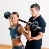 Persoonlijke Trainer in gymnastiek Royalty-vrije Stock Afbeelding
