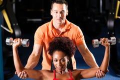 Persoonlijke Trainer in gymnastiek Stock Foto's