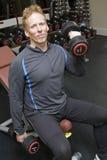 Persoonlijke trainer het opheffen gewichten Royalty-vrije Stock Afbeelding