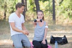 Persoonlijke trainer met de domoor van de dameholding Stock Fotografie