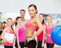 Persoonlijke trainer met groep in gymnastiek Stock Afbeelding