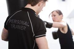 Persoonlijke trainer met vrouwelijke cliënt Stock Foto's