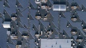 Persoonlijke zonnekrachtcentrale, photovoltaic panelen voor productie groene Energie op dak van huis in openlucht, satellietbeeld stock footage