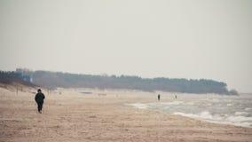 Persoonsrecreatie het noordse lopen op het strand in Palanga, Litouwen stock footage