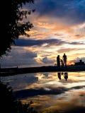 Persoonssilhouet bij het strand bij zonsondergangzonsopgang royalty-vrije stock foto's
