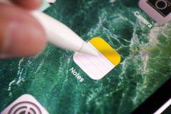 Persoonsvingers met Apple-Potlood wat betreft Nota's app over Apple-iPa Royalty-vrije Stock Afbeeldingen