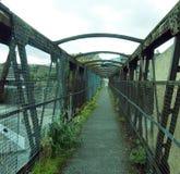 perspect老生锈的铁路人行桥 免版税库存图片
