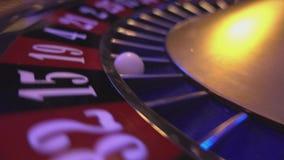 Perspectief dichte omhooggaande mening over Roulettewiel in een casino stock footage