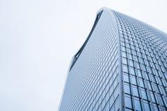 Perspectief en onderkanthoekmening aan geweven achtergrond van eigentijdse glas de bouwwolkenkrabbers Stock Afbeeldingen