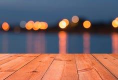 Perspectief houten bureau door meer Stock Afbeeldingen