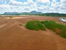 Perspectief op rivier met wasmensen. Stock Fotografie
