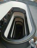 Perspectief van binnenlandse spiraalvormige die helling van hierboven in de Musea van Vatikaan wordt gezien stock afbeeldingen