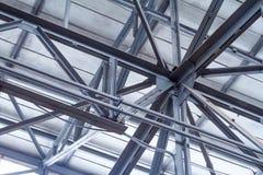 Perspectief van de bodem aan het kaderdak van een pakhuis of een workshop stock afbeelding