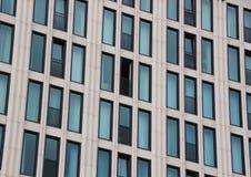 Perspectief van de bouw van voorgevel met één open venster Royalty-vrije Stock Afbeelding