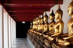 Perspectief van het gouden standbeeld van Boedha in tempel Stock Afbeelding