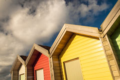 Perspectief van kleurrijke strandhutten Stock Fotografie