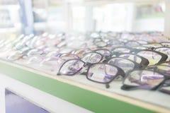 Perspectief van oogglazen in de winkel Stock Fotografie